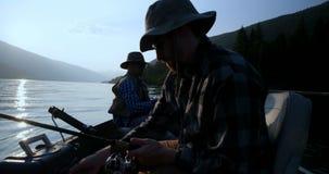 Fiskare som reser i fartyget 4k arkivfilmer