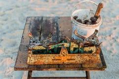 Fiskare som säljer fiskraksträcka från fartyget efter morgonlås Fotografering för Bildbyråer