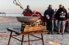 Fiskare som säljer fiskraksträcka från fartyget efter morgonlås Arkivfoto