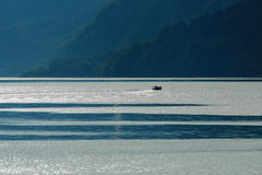 Fiskare som turnerar på en schweizisk sjö Royaltyfri Bild