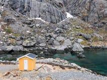 Fiskare som utgjutas på Lofoten öar, Norge Arkivbilder