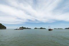 Fiskarefartyg i lång fjärd för mummel, landforms för VietnamHalong fjärdKarst i havet, UNESCOvärldsarvlopp i Vietnam royaltyfri fotografi