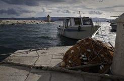 Fiskarefartyg och fisknät Arkivfoton