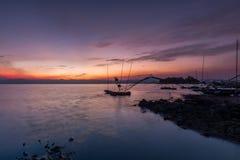 Fiskarefartyg och härlig skymning i Thailand fotografering för bildbyråer