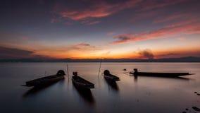 Fiskarefartyg och härlig skymning i Thailand royaltyfria foton