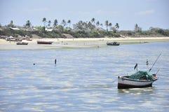 Fiskarefartyg och landskap av den Moçambique ön Arkivfoto