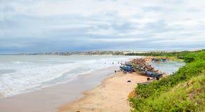 Fiskarefartyg på kusten fotografering för bildbyråer