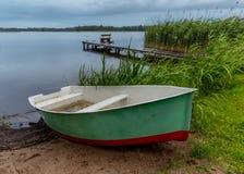 Fiskarefartyg på stranden under regn i aftonen på Masuri Arkivbilder