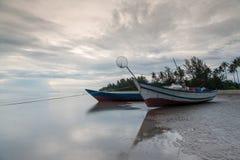 Fiskarefartyg som förtöjas under soluppgång Royaltyfri Fotografi