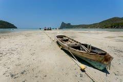 Fiskarefartyget strandade i torrt område av den populära stranden under blå himmel Arkivbilder