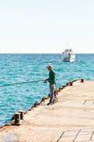 Fiskarefisk från pir i Black Sea Royaltyfri Bild