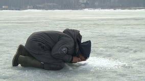 fiskarefiskar som fiskar hålisvinter stock video