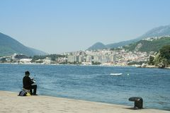 Fiskarefiske på en kaj i Herceg Novi som vänder mot den Igalo semesterorten, på Adriatiskt havet Herceg Novi är en viktig tourist royaltyfri foto
