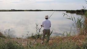 Fiskarefiske på en sjö stock video