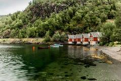 Fiskarehus i byn av Aurland i Norge Arkivfoto