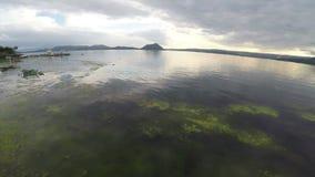 FiskareIn Beautiful Taal sjö stock video