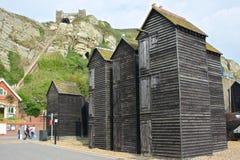 Fiskarekojor på Hastings, England arkivbilder