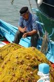 Fiskaren öppnar musslor Arkivbilder