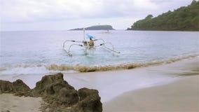 Fiskaren i Bali kommer ut in i det öppna havet på en härlig pråm stock video