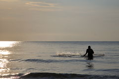 Fiskaren kastar det netto Royaltyfria Foton
