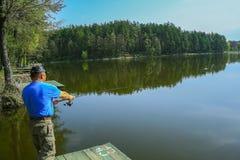 Fiskaren kastar en fiskepol Fotografering för Bildbyråer