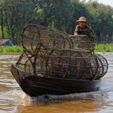 Fiskaren med fällor, Tonle underminerar, Cambodja royaltyfria foton