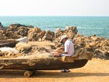 Fiskaren reparerar hans fisknät arkivbilder