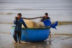 Fiskaren som arbetas på stranden Royaltyfri Foto