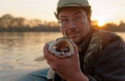 Fiskaren visar walleye'sens tänder Arkivfoton
