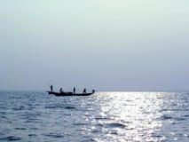 Fiskarerodd på ny morgonbakgrund Arkivbilder