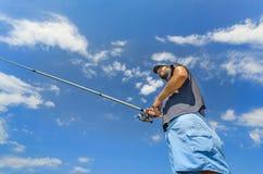 Fiskarerulle gjuter en fluga Royaltyfri Fotografi