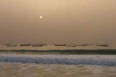 Fiskares fartyg i Nouakchotten, Mauretanien (på solnedgången) arkivbild