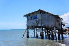 Fiskares hus på kanten av det blåa havet philippines Arkivbilder