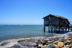 Fiskares hus på kanten av det blåa havet philippines Arkivfoto