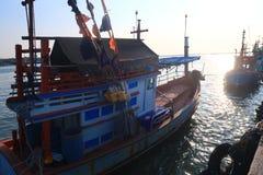 Fiskareskepp på porten chonburi Thailand Arkivfoto