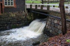 Fiskars, l'écoulement de l'eau au vieux moulin à eau Image stock