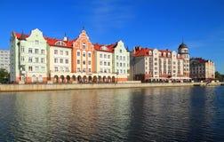 Fiskbyn, de ethnographic och handlar och tillverkar mitten i Kaliningrad, ett härligt sommarstadslandskap royaltyfri fotografi