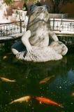 Fiskdamm med grodaskulptur Royaltyfri Bild
