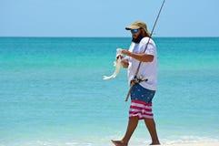 Fiske för ung man i havet Arkivfoton