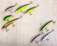 Fiske lockar på en träbakgrund royaltyfria foton