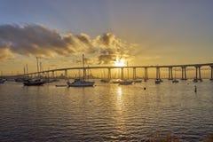 Fiske- och fritidfartyg under en härlig soluppgång och den Coronado bron, San Diego California royaltyfri fotografi