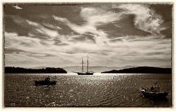 Fiske och segelbåtar i fjärden arkivbilder