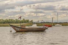 Fiske och segelbåtar på Santa Lucia River i Montevideo arkivfoto