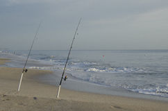 Fiske Poles på stranden på soluppgång Royaltyfri Fotografi