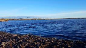 Fiske Rod Hanging Over Lake Fiska fläcken över kropp av vatten med fiske Pole i dagen Fiska den väntande på fisken för sjökust stock video