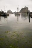 Fiske Trowller som lämnar marina, når att ha fyllt på Marine Fuel Tank Royaltyfria Bilder