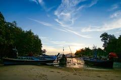Fiskebåt för lång svans och blå himmel arkivbild