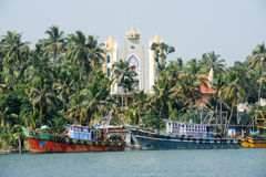 Fiskebåt framme av en kyrka nära Kollam Fotografering för Bildbyråer