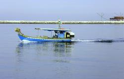 Fiskebåt i Adriatiskt havet i Italien Arkivbild