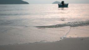 Fiskebåt i aftonhavet stock video